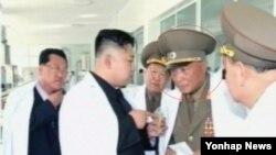 """북한 인민무력부장에 장정남이 임명된데 이어 인민무력부 제1부부장도 전창복으로 교체된 것으로 확인됐다. 북한 조선중앙TV는 17일 김정은 국방위원회 제1위원장이 군대의 식료품가공공장인 '2월20일공장'을 현지지도했다고 전하면서 """"조선인민군 총정치국장 최룡해, 인민무력부 제1부부장 전창복(붉은 원)이 동행했다"""" 고 소개했다."""