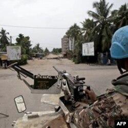 Pripadnici mirovnih snaga UN-a patroliraju ulicama Abidžana