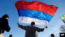 在乌克兰东部城市,有人举起俄罗斯国旗