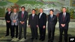 Ông Bill Richardson (thứ ba từ trái sang) sẽ thăm Bắc Triều Tiên với tư cách riêng và không đại diện cho nước Mỹ.