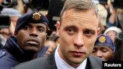 Vận động viên Olympic Oscar Pistorius rời tòa ở Pretoria, Nam Phi, ngày 14/6/2016.