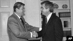 Jerry Parr, derecha, se retiró en 1985 tras 22 años de servicio. En esta foto el presidente Ronald Reagan se despide del agente del servicio secreto que le salvó la vida.