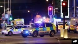 Des voitures de police dans la zone du London Bridge après un incident dans le centre de Londres, le samedi 3 juin 2017. (AP Photo/ Matt Dunham)
