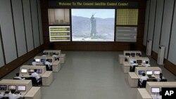 北韓的技術人員星期三在平壤的太空署發射總指揮中心操作電腦終端機