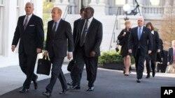 미국 대형 보험사 대표들이 15일 바락 오바마 미국 대통령과의 건강보험개혁 관련 면담에 참석하기 위해, 백악관 부속 건물로 입장하고 있다.