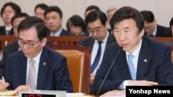 윤병세 한국 외교부 장관이 10일 국회 외교통일위원회에서 질의에 답변하고 있다. 왼쪽은 조태열 2차관.