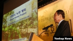 19일 대한상공회의소에서 열린 아시아녹화기구 창립식 및 국제심포지엄 '한반도 녹화계획'에서 발기인 대표인 고건 전 총리가 '한국의 치산녹화 그리고 북한의 산림녹화'란 주제로 기조강연을 하고 있다.
