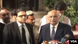 فضائیہ کے سابق سربراہ اصغر خان اپنے وکیل سلمان اکرم راجہ کے ہمراہ