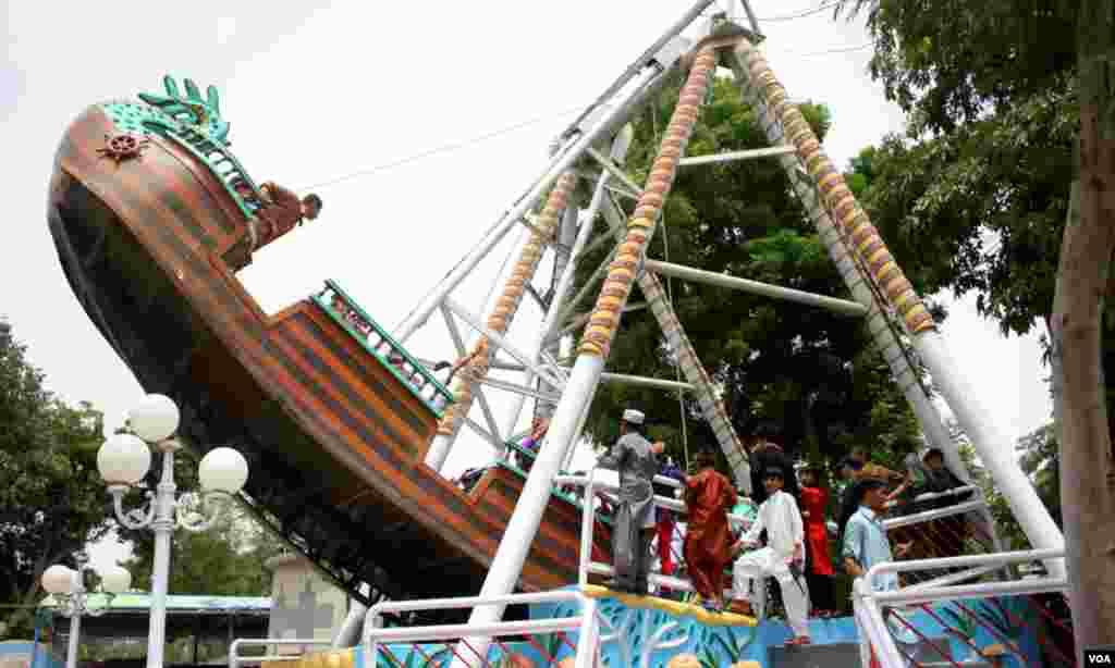 ہوا میں لہراتی کشتی کا مزہ اٹھاتے شہری۔ عید کے دن جھولے جھولنے کی روایت بہت پرانی ہے