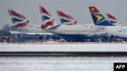 Prizemljeni avioni an londonskom aerodromu Hitrou