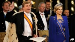 Raja baru Belanda, Willem-Alexander (kiri) diambil sumpahnya didampingi isterinya, Ratu Maxima, di gereja Nieuwe Kerk, Amsterdam (30/4).