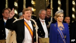 Novi holandski kralj Vilem-Aleksander položio je zakletvu stojeći kraj svoje supruge, kraljice Maksime