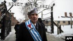 El sobreviviente del Holocausto, Miroslaw Celka, camina en el campo de concentración polaco durante el 70 aniversario de su liberación.