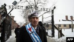 폴란드 아우슈비츠 수용소 해방 70주년 기념 행사가 열린 27일 생존자들이 수용소를 방문했다.