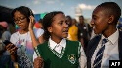 """Des membre de l'équipe """"Bigger than Life"""" de la Children's Radio Foundation, basée à Alexandra, lors d'une émission à Alexandra, Johannesburg."""