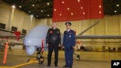 Turkiya Prezidenti Rajab Toyib Erdog'an (chapda) armiya qo'mondoni bilan dron oldida, Batman, Turkiya, 3-fevral, 2018-yil.