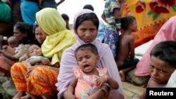 지난 9일 미얀마에서 폭력사태를 피해 탈출한 로힝야족들이 방글라데시 팔랑칼리에 모여있다.