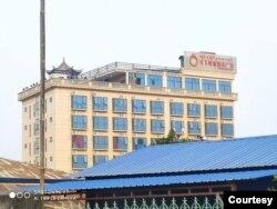 ပစ္ခတ္ခံရတဲ့ မူဆယ္ၿမိဳ႕က ဟိုတယ္။ (ဓာတ္ပံု - Shan Herald News Agency - ေဖေဖာ္ဝါရီ ၂၄၊ ၂၀၂၁)
