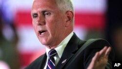 El candidato republicano a la vicepresidencia, Mike Pence, criticó a los medios que se han ocupado de la controversia de Trump con los padres de un soldado musulmán.