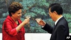 巴西总统罗塞夫(左)与中国国家主席胡锦涛在签署协议后碰杯