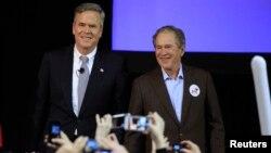 Ứng viên tổng thống của đảng Cộng hòa Jeb Bush và cựu Tổng thống Hoa Kỳ George W. Bush tại North Charleston, South Carolina, ngày 15/2/2016.