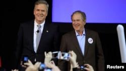 ຜູ້ສະມັກເປັນ ປະທານາທິບໍດີ ສະຫະລັດ ພັກຣີພັບບລິກກັນ ທ່ານ Jeb Bush (ຊ້າຍ) ຮ່ວມກັບອ້າຍ ອະດີດປະທານາທິບໍດີ ສະຫະລັດ ທ່ານ George W. Bush ພວມໂຄສະນາຫາສຽງ