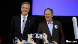 조지 부시 전 미 대통령(오른쪽)이 공화당 대선 경선에 출마한 동생 젭 부시 후보를 지지하기 위해 지난 15일 미국 캘리포니아 주 찰스톤 시 선거유세장을 찾았다. 이후 젭 부시 후보는 공화당 경선을 중도 하차했다.
