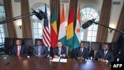 Tổng thống Hoa Kỳ Barack Obama (giữa) hội đàm với (từ trái sang phải) Tổng thống Niger Mahamadou Issoufou, Tổng thống Benin Boni Yayi, Tổng thống Guinea Alpha Conde, và Tổng thống Cote d'Ivoire Alassane Ouattara tại Tòa Bạch Ốc ở Washington, ngày 29 tháng