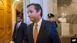 2013年9月23日,来自德克萨斯州的共和党籍国会参议员克鲁兹与参议院多数党领袖里德在立法事务开始之际进行了一番言语冲撞之后离开参议院会议厅。