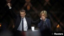 ប្រធានាធិបតីជាប់ឆ្នោតបារាំង Emmanuel Macron និងភរិយារបស់លោកអ្នកស្រី Brigitte Trogneux រីករាយនៅលើឆាកនៅថ្ងៃទទួលជ័យជម្នះនៅ Louvre ក្នុងទីក្រុងប៉ារិស ប្រទេសបារាំង កាលពីថ្ងៃទី៧ ខែឧសភា។