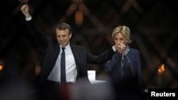 Tổng thống tân cử Pháp Emmanuel Macron và vợ, bà Brigitte Trogneux, ăn mừng chiến thắng ở Paris hôm 7/5.