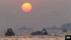 Tàu bè, thợ lặn tìm thi hài hành khách còn kẹt trong chiếc phà Sewol