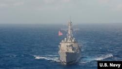 美國導彈驅逐艦拉森號在南中國海航行 - 10月25日Facebook圖片
