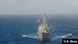 지난 25일 남중국해에서 미 해군 구축함 USS 라센이 항해하고 있다. (자료사진)
