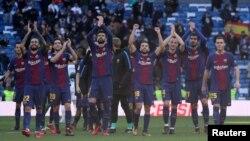 巴塞罗那足球队队员在比赛结束后向球迷鼓掌致意(2017年12月23日)