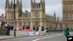 پولیس لندن پس از حمله ماه مارچ توسط یک موتر، موانع کانکریتی را بر پل ویستمنستر گذاشت.