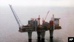 Kilang minyak lepas pantai milik raksasa migas Norwegia, Statoil, di North Sea, sekitar 70 kilometer dari lepas pantai Norwegia. (Foto: Dok)