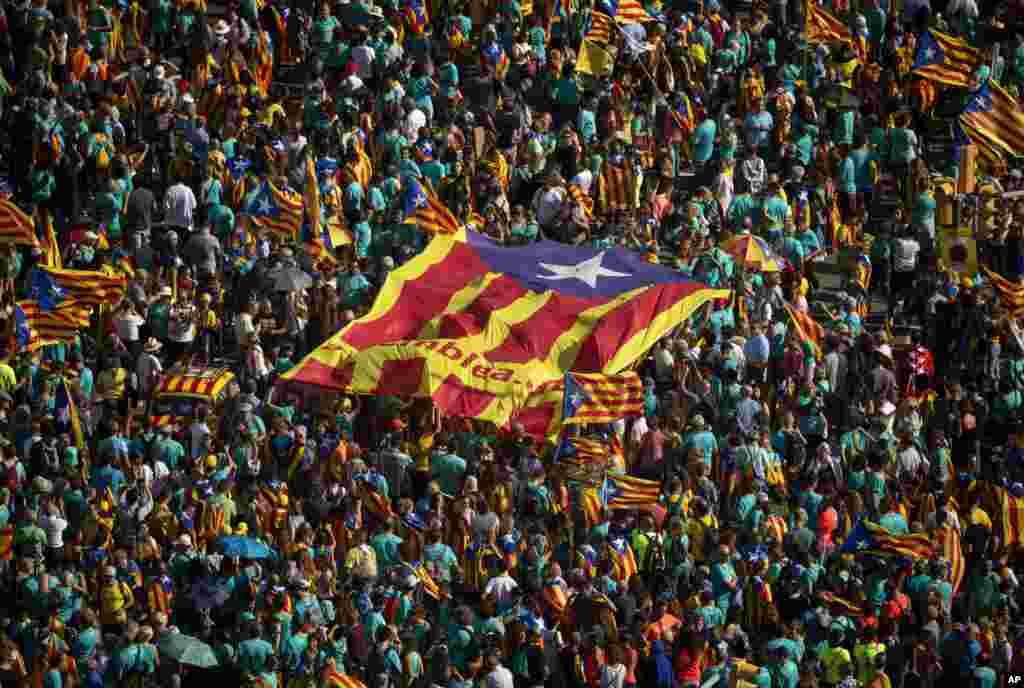 مردم در شهر بارسلون اسپانیا در لباسهای سنتی، روز ملی کاتالونیا را جشن میگیرند. در یکسال اخیر تلاش مردم کاتالونیا برای استقلال شکست خورده است.