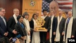"""多個藏人組織和倡導團體星期二(2月12日)在國會大廈舉辦""""感謝美國""""活動。包括美國眾議院議長佩洛西在內的十幾位國會議員出席了活動, 並發表講話。"""