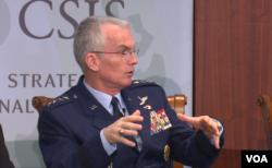 美军参谋长联席会议副主席塞尔瓦上将2016年10月28日称美军优势得益于民主与开放社会 (美国之音黎堡拍摄)