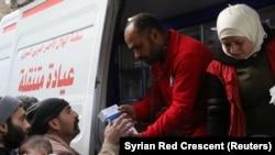 Relawan Palang Merah Suriah memberikan obat-obatan ke warga sipil di Ghouta, Suriah, 5 Maret 2018. (Foto: dok).