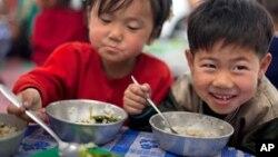 지난 2011년 북한의 한 유치원에서 아이들이 점심식사를 하고 있다. (자료사진)