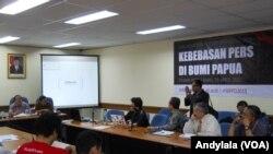 Sebuah pertemuan antara Dewan Pers, AJI Indonesia dan jurnalis membahas soal peliputan di Papua, 29 April 2015. (Foto:VOA/Andylala)