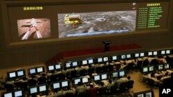 Centro de control de la sonda lunar Chang'e-3 en Beijing, desde donde se guía al vehículo explorador chino que ya recorre la superficie lunar.