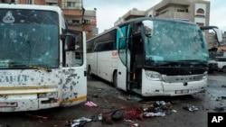 در یکی از دو انفجار، بمب کنار جاده ای در زمان عبور اتوبوس ها منفجر شد.