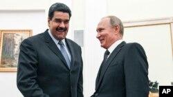 Le président russe Vladimir Poutine, à droite, reçoit son homologue vénézuélien, Nicolas Maduro, au Kremlin, Moscou, 4 octobre 2017.