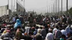 Người dân Kabul tìm đường ra nước ngoài khi Taliban chiếm trọn Afghanistan.