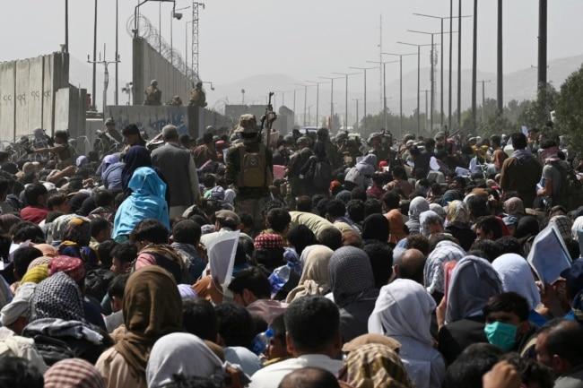 کابل ایئرپورٹ کے باہر لوگوں کا ہجوم اندر داخل ہونے کی کوشش کر رہا ہے۔ 19 اگست 2021