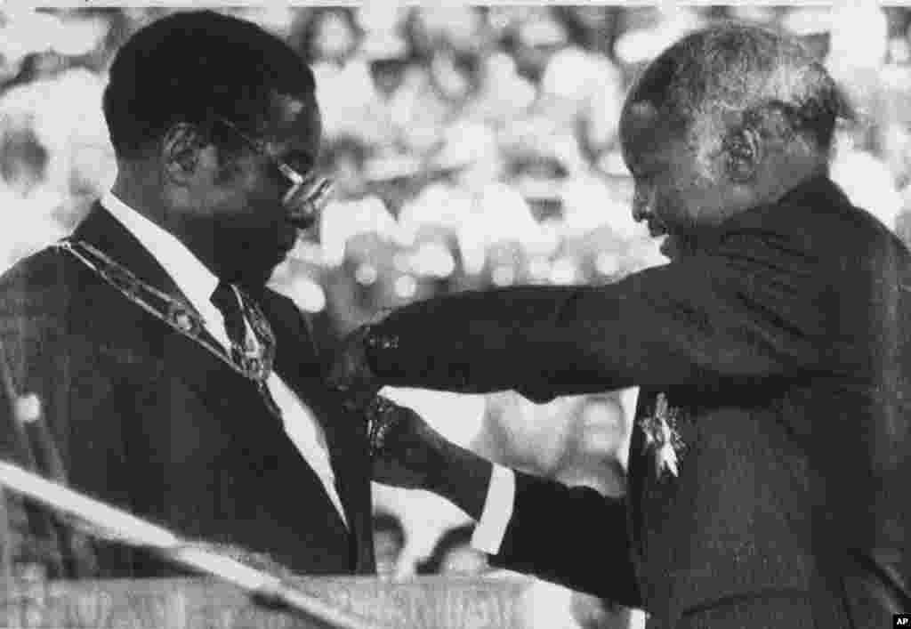 En 1987, Robert Mugabe devient le président du Zimbabwe lors d'une cérémonie d'inauguration à Harare.