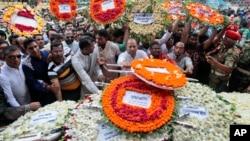 4일 방글라데시 수도 다카에서 열린 인질 테러 희생자 장례식에서 추모객들이 꽃다발을 놓고 있다.